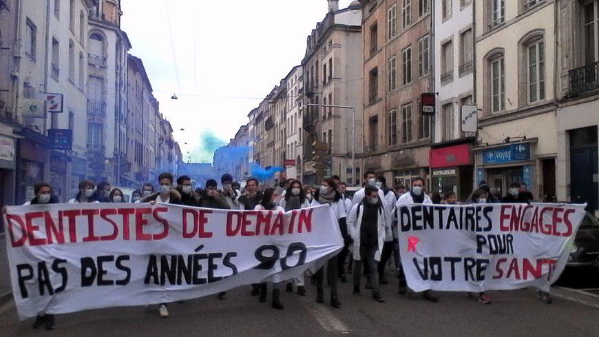Une petite centaine d'étudiants ont défilé en centre-ville