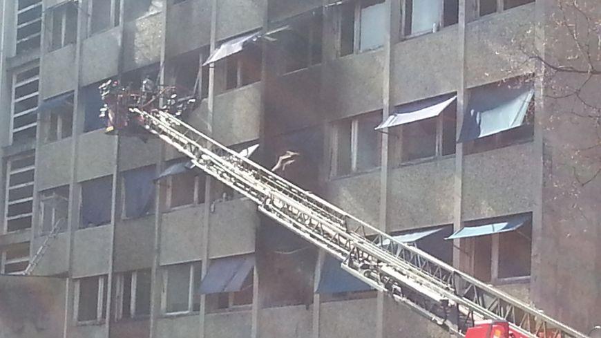 La résidence universitaire Condillac à Saint-Martin d'Hères a pris feu vendredi, aux alentours de 10h30.
