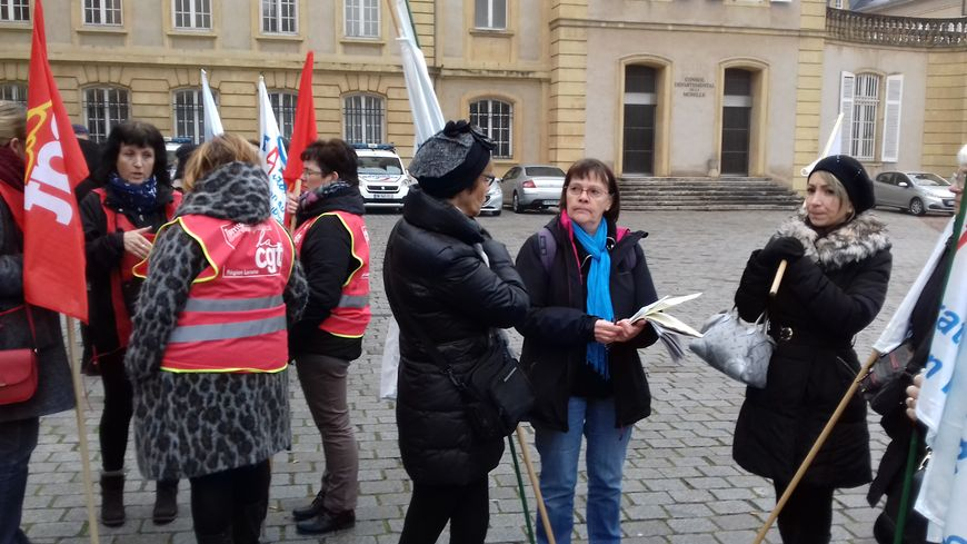 Une trentaine d'ATSEM de tout le département se sont rassemblées devant la préfecture à Metz.