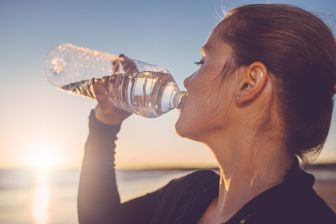 Quand on pratique un jeûne, il est nécessaire de boire au moins au minimum trois litres de liquide par jour