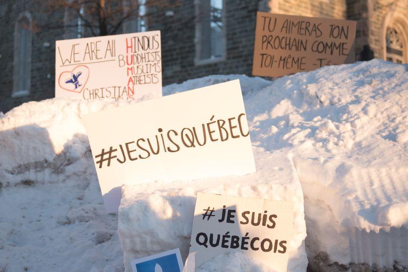 Des messages placés près du Centre culturel islamique à Québec, après l'attentat de dimanche
