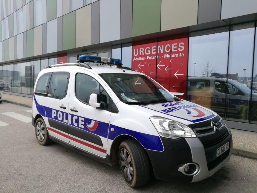 Une voiture de police devant les Urgences du Centre Hospitalier William-Morey de Chalon-sur-Saone, le 10 février 2017