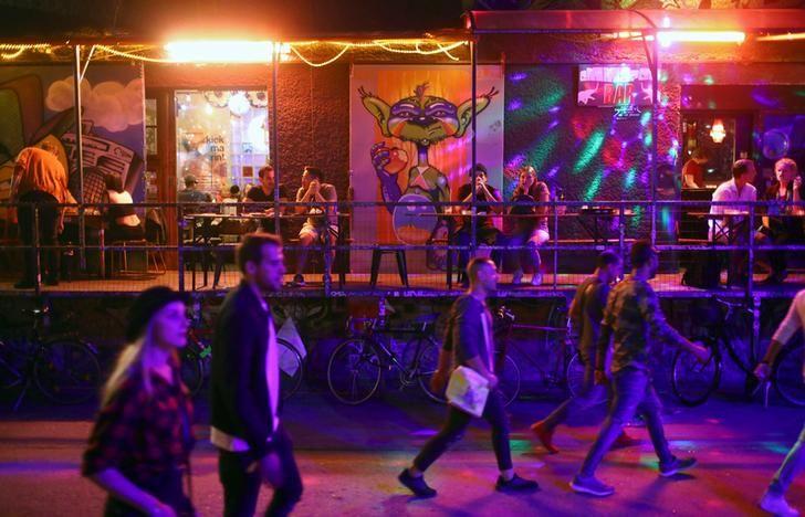 Des passants dans quartier RAW, un quartier en vogue à Berlin en Allemagne.