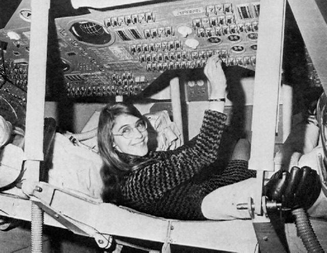 Margaret Hamilton, ingénieur logiciel pilote de vol Apollo, dans le module de commandement Apollo.