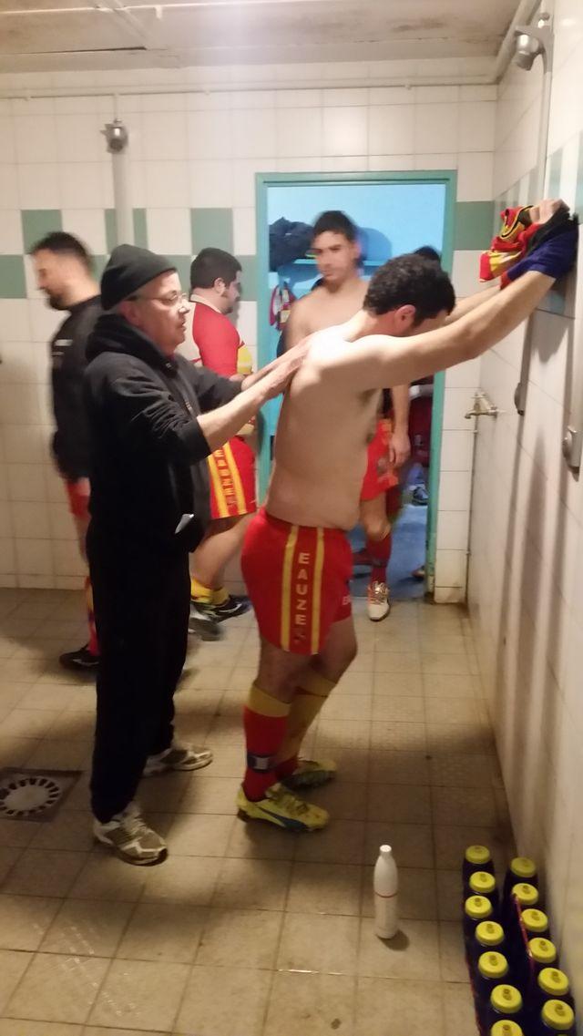 Dans les vestiaires, la préparation des joueurs du club d'Eauze