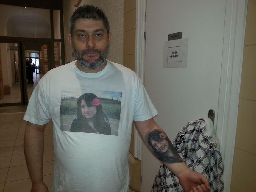 Le père de Morgane, Gilles Lorang, avec le visage de sa fille tatoué sur son bras.