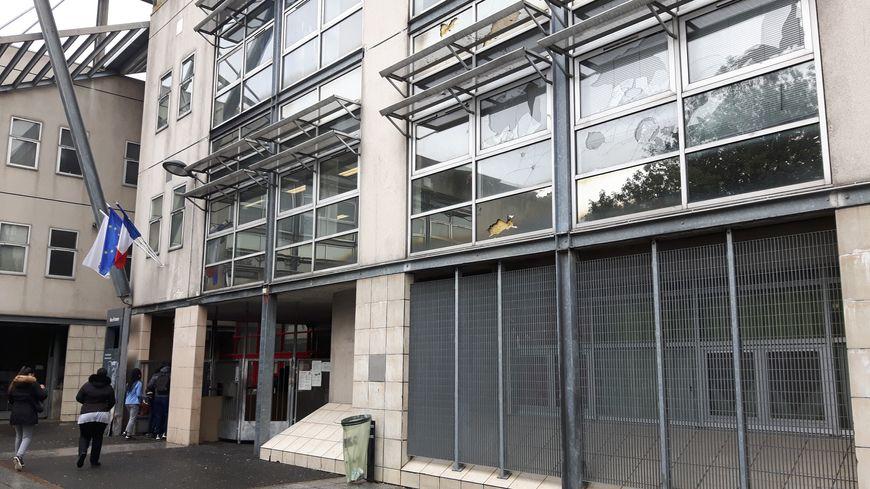 Des vitres cassées sur la façade du lycée Suger, ce mercredi 8 mars
