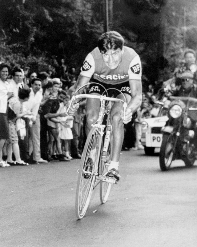 Le Français Raymond Poulidor fournit son effort, le 05 juillet 1966 à Vals-les-Bains, lors de la 2ème demi étape de la 14ème étape du Tour de France, un contre la montre en circuit qu'il remporte en battant son compatriote Jacques Anquetil de 7 seco
