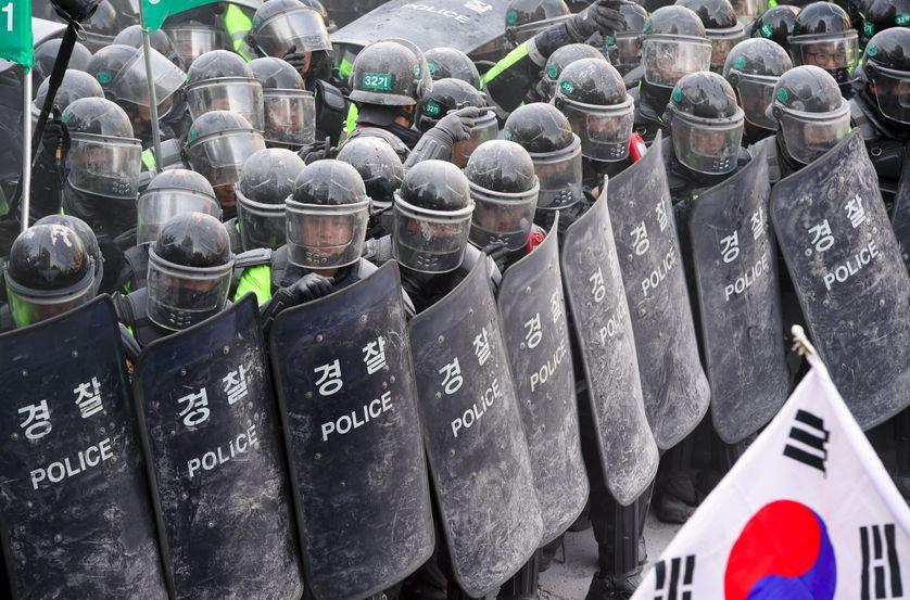 Confrontation entre des partisans de la présidente sud-coréenne et forces de l'ordre à Séoul le 10 mars 2017.