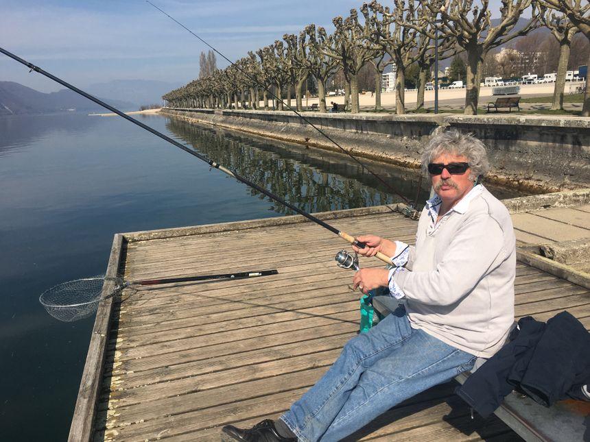 Guy a ressorti ses cannes à pêche et sa musette... elle est pas belle sa retraite ?