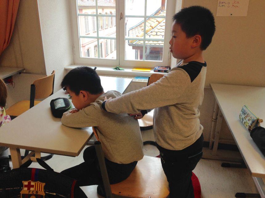 Les enfants se massent pendant 7 minutes à tour de rôle