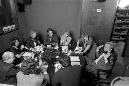 """Dernière de """"Quoi qu'il en soit"""" de Pierre Bouteiller, le 2 avril 1999. Avec (entre autres, de gauche à droite) Olivier de Rincquesen, Isabelle Motrot, Kathleen Evin, Philippe Collin, Katerine Pancol."""