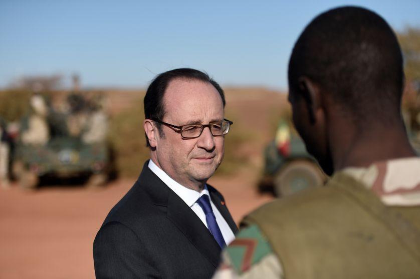 Francois Hollande, mi-janvier 2017, lors de son ultime visite aux soldats français de l'opération Barkhane, fer de lance du contre-terrorisme occidental dans le Sahel