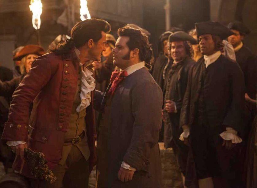 Gaston à droite et Lefou, son fidèle compagnon, qui en est en fait amoureux