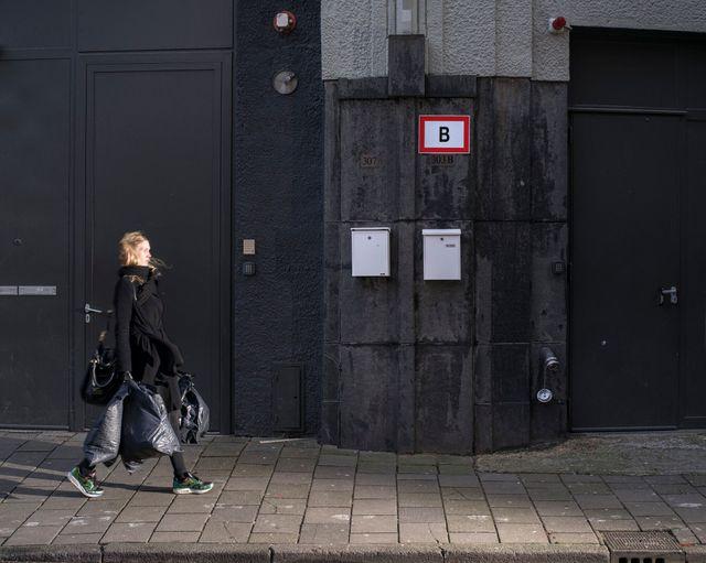 Une cliente sortant d'une boutique de vêtements Zara à Amsterdam passe devant ITX Merken, une filiale d'Inditex, la maison mère de Zara. Avec l'aimable autorisation des auteurs.