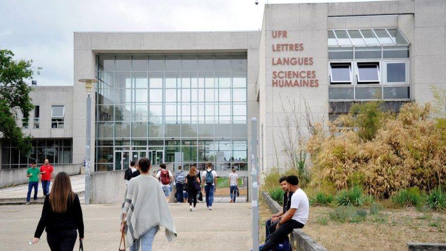 En raison du déficit de l'Université, des restrictions ont été décidées dans tous les départements