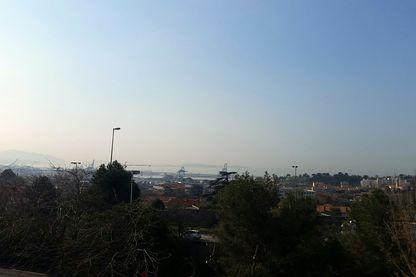 Les quartiers Nord de Marseille, situés sur les hauteurs de la ville, au bord de l'autoroute, face à la mer