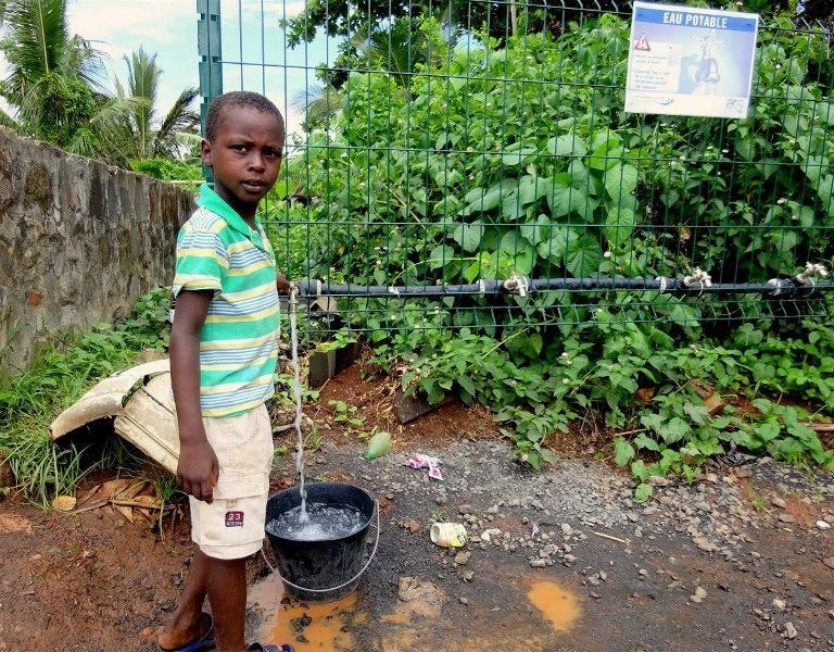Face à la pénurie d'eau courante, les habitants doivent stocker des bidons.