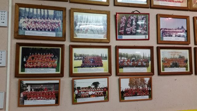 Au mur, les photos des équipes de rugby d'Eauze