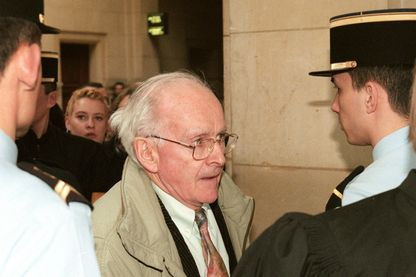 Robert Faurisson, écrivain révisionniste, arrive le 27 février 1998 au tribunal correctionnel de Paris, où il vient apporter son soutien à Roger Garaudy, poursuivi pour contestation de crimes contre l'humanité
