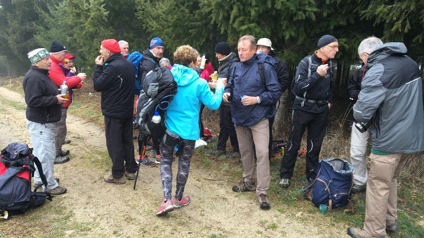 Les 17 randonneurs du CLCS Firminy prennent une petite pause durant leur randonnée de vingt kilomètres autour de Saint-Hilaire-Cusson-la-Valmitte.