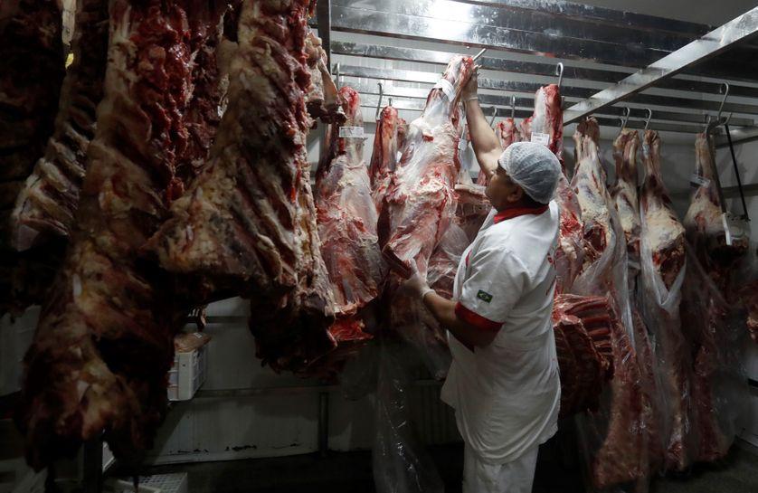Un employé dans une boucherie de Sao Paulo