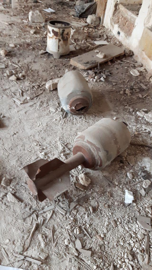 Bombes artisanales abandonnées dans un immeuble détruit d'Alep