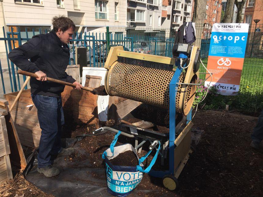 Le compost produit est tamisé. La machine marche à l'énergie solaire.