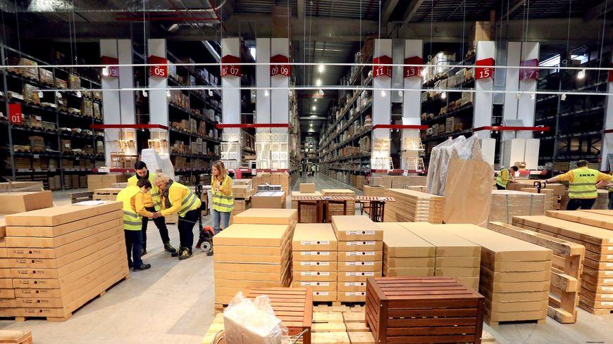 Avant de commencer la journée, les salariés d'Ikea s'échauffent ensemble