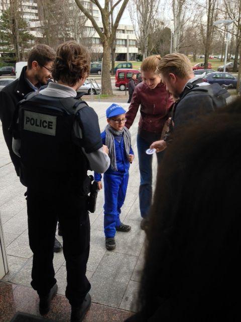 Quentin à l'entrée du commissariat de Strasbourg