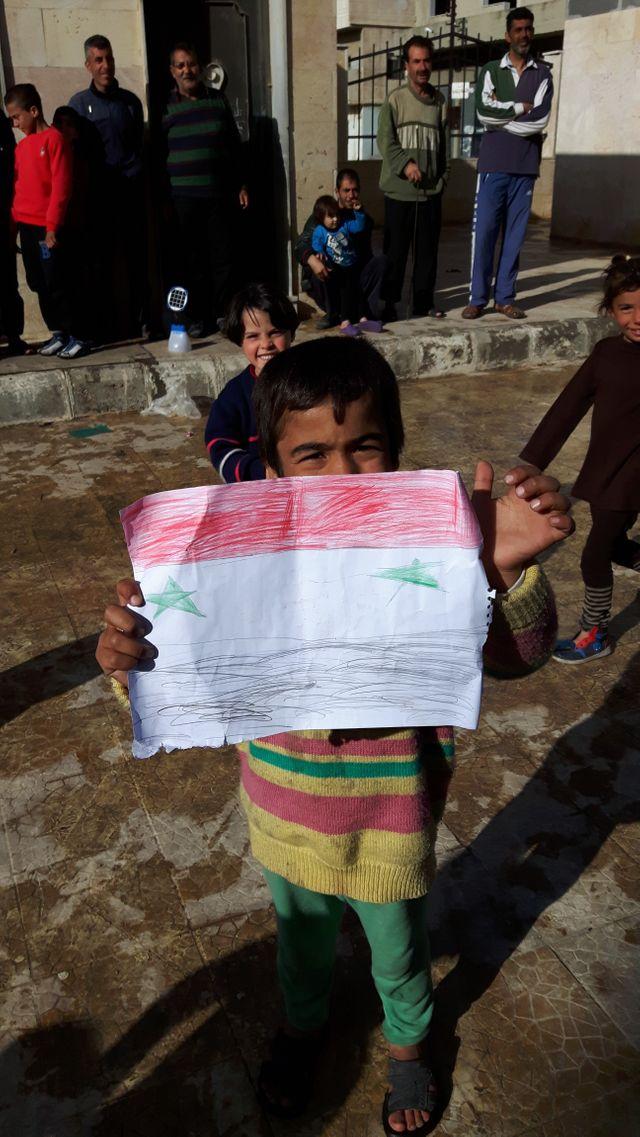 Dans les rues de Homs, les familles réfugiées de Palmyre attendent de rentrer chez elle