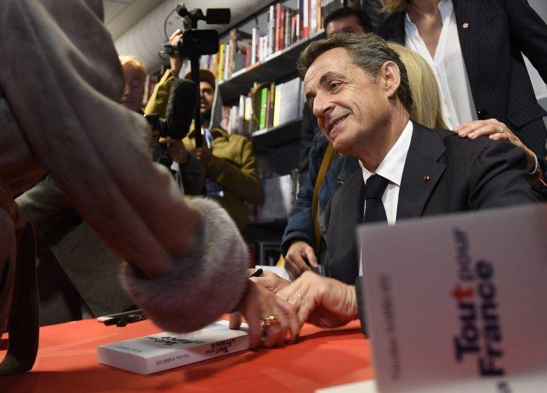 Nicolas Sarkozy, en train de dédicacer son livre Tout pour la France, décembre 2016