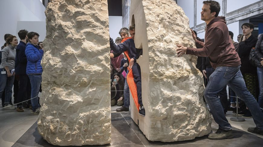 L'artiste s'est laissé enfermer dans ce rocher pendant une semaine
