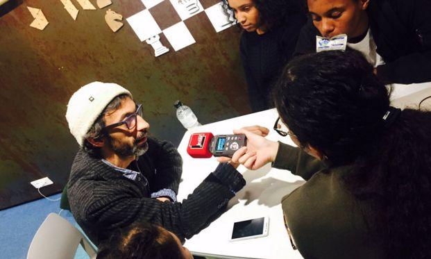 Les élèves du lycée Jean-Jacques Rousseau de Sarcelles apprennent à enregistrer une interview.