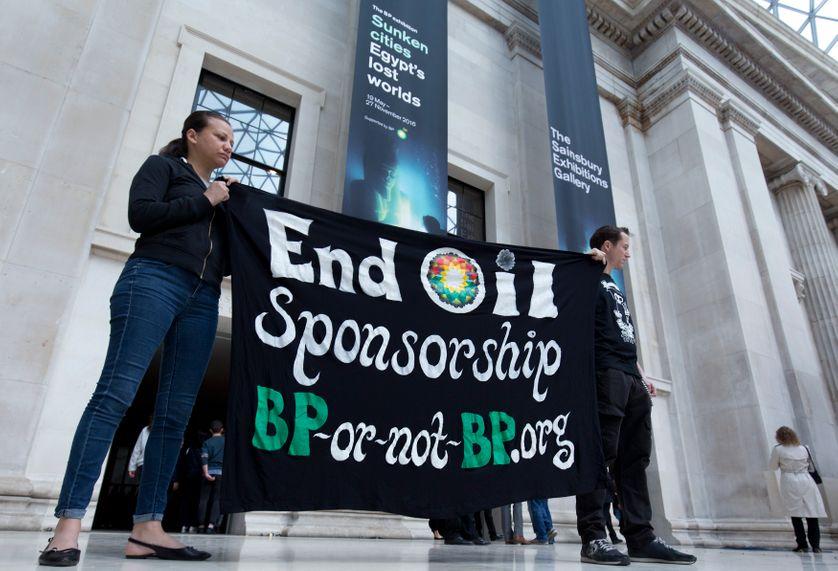 """Un happening des collectifs  BP or not BP  au musée britannique, en mai 2016  lors de l'exposition """"Mystères engloutis de l'Egypte"""", notamment financée par Total et BP"""