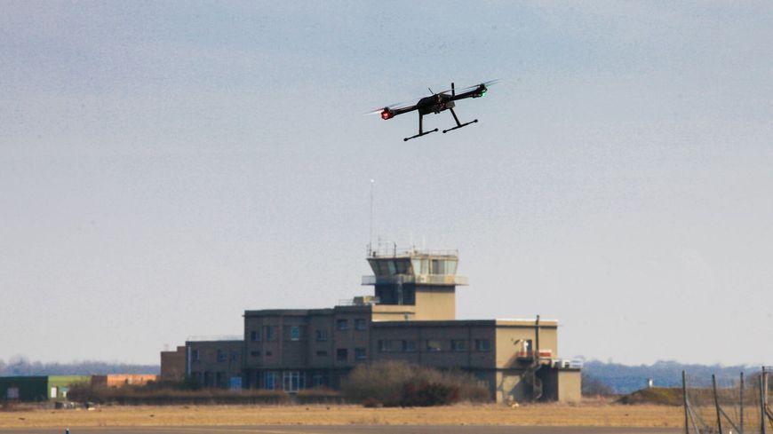 Le drône pourrait aider les agents à inspecter les 300 ha de l'aéroport