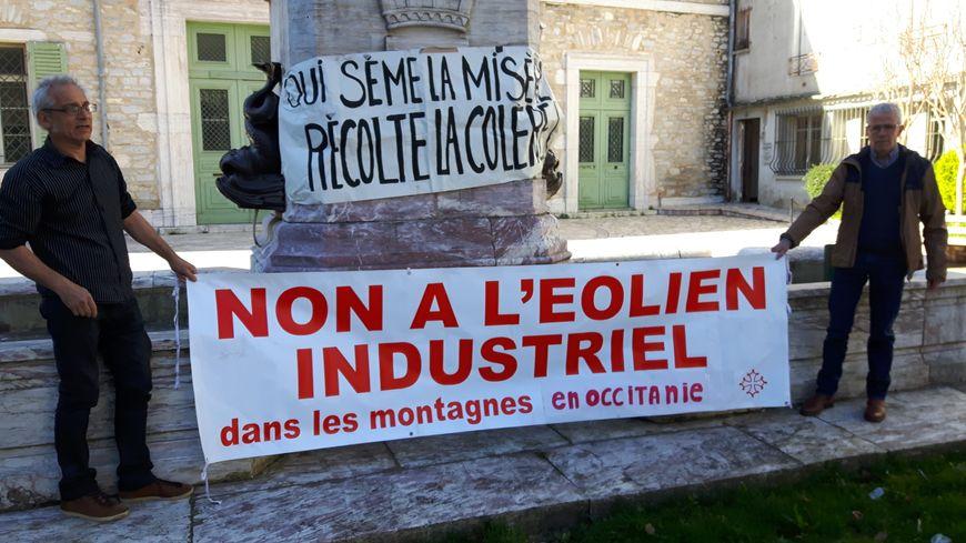 Banderoles déployées devant la mairie de Saint-Pons-de-Thomières