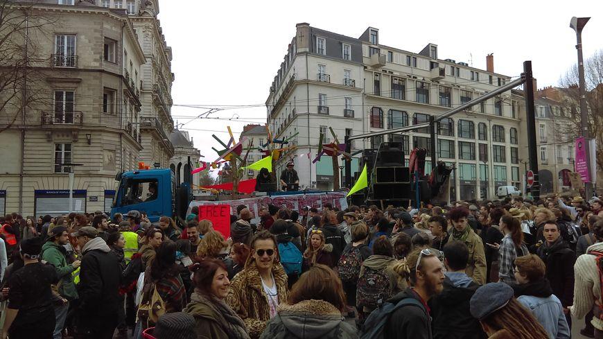 """Près de 5000 """"teufers"""" à Nantes ce samedi après-midi"""