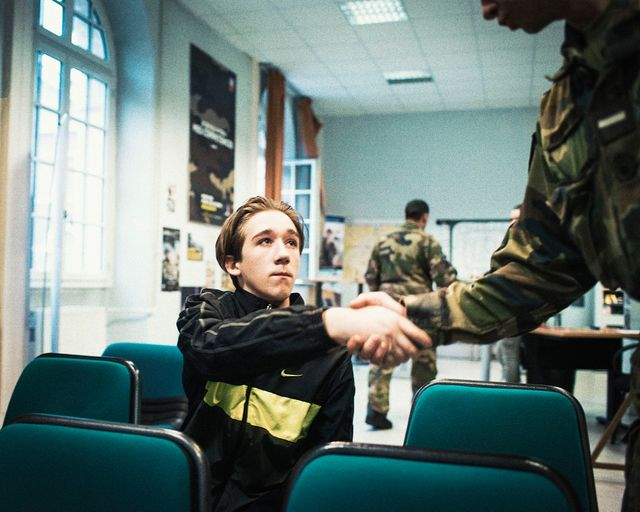 Grégoire, 17 ans, au Centre de Recrutement des Forces Armées à Paris. « Le choix à Sébastien »