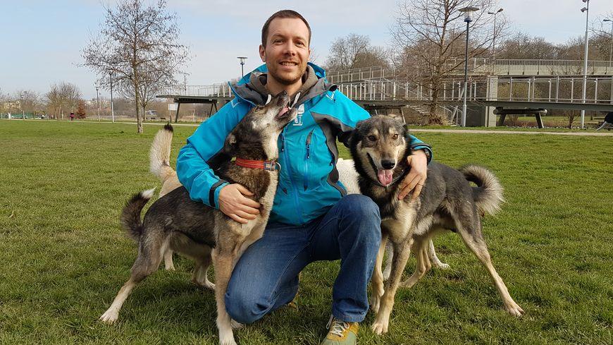Thibaut Branquart et ses chiens au bord de la Deûle, à Lambersart