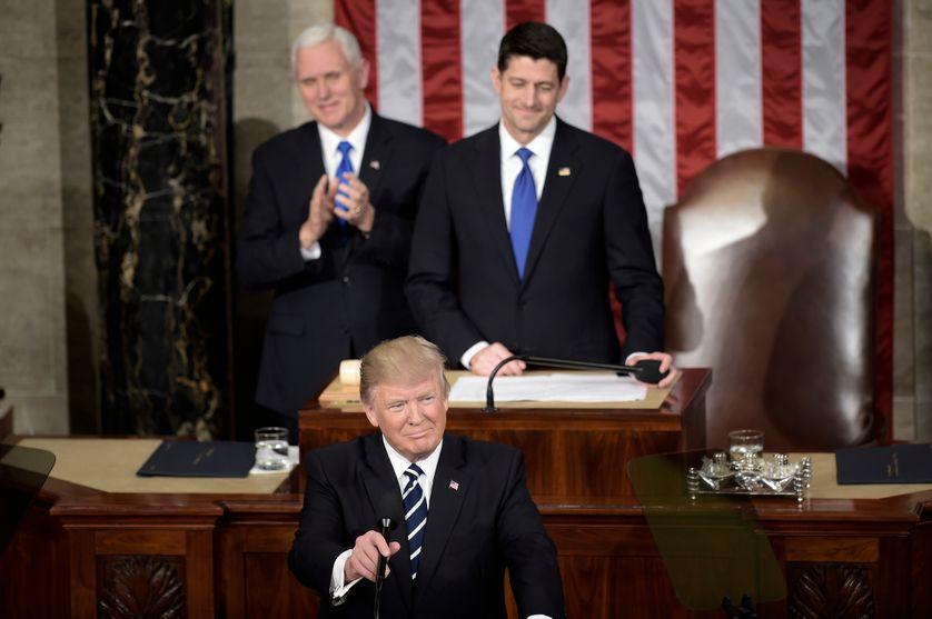 Le président Donald Trump à la tribune de l'hémicycle de la Chambre des représentants au  Capitole, encadré par le vice-président Mike Pence et le président de la Chambre Paul Ryan.