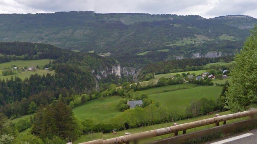 Les falaises des gorges du Bruyant, bordées à droite par le hameau des Girauds, sur la commune de Saint-Nizier-du-Moucherotte (Isère)