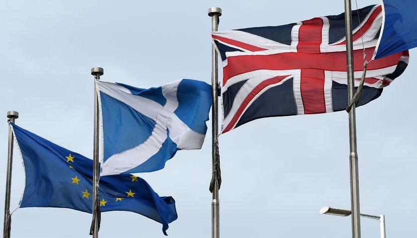 Les drapeaux européen, écossais et britannique devant le parlement écossais à Edinbourgh (13 mars 2017).