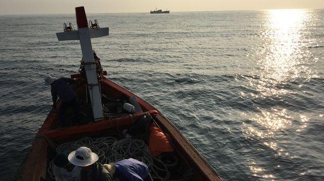 Un bateau des gardes-côtes vietnamien surveille les bateaux chinois pour les chasser