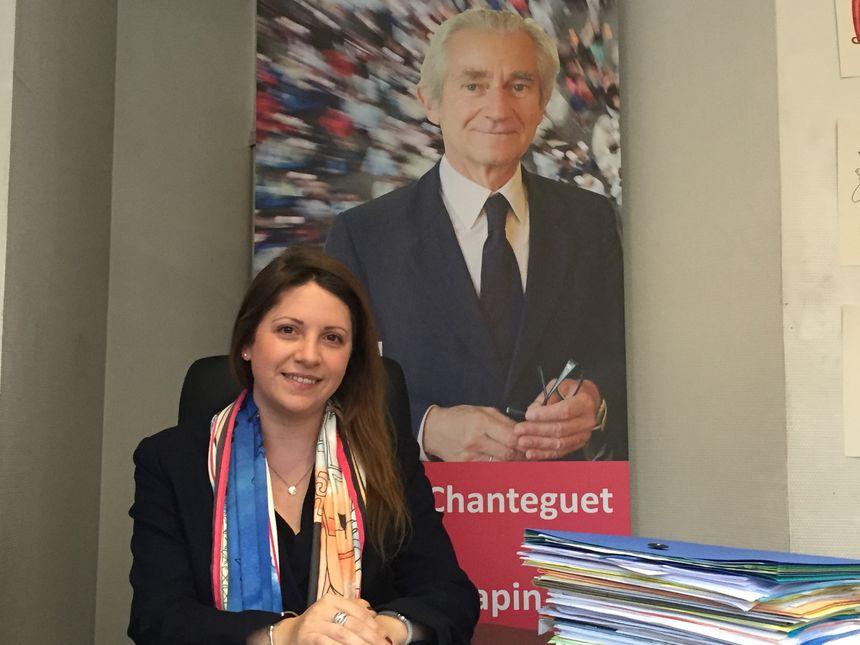 L'attachée parlementaire Alison Paquette devant une photo de Jean-Paul Chanteguet, député PS de la première circonscription de l'Indre