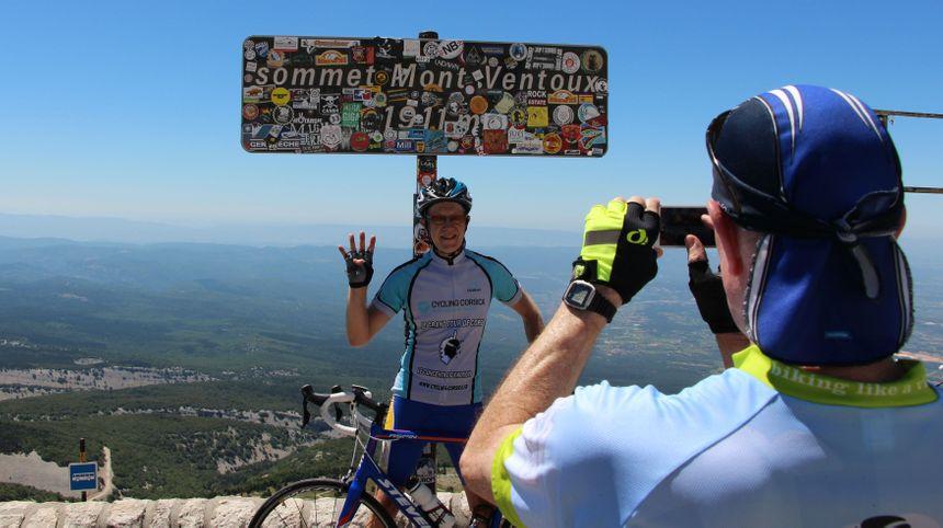 Des cyclistes se prennent en photo au sommet en juillet 2016