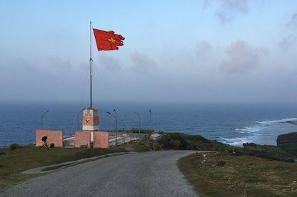 Le drapeau vietnamien flotte sur les hauteurs de l'île de Ly Son, avant-post du Vietnam en mer de Chine