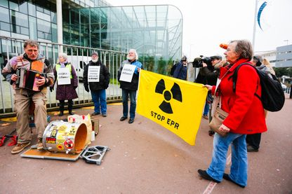 Manifestants devant le palais de justice de Nanterre, le 5 janvier 2015 : ils s'opposent au projet de l'ANDRA qui prévoit d'enterrer les déchets nucléaires sur un site situé à proximité de Bure.