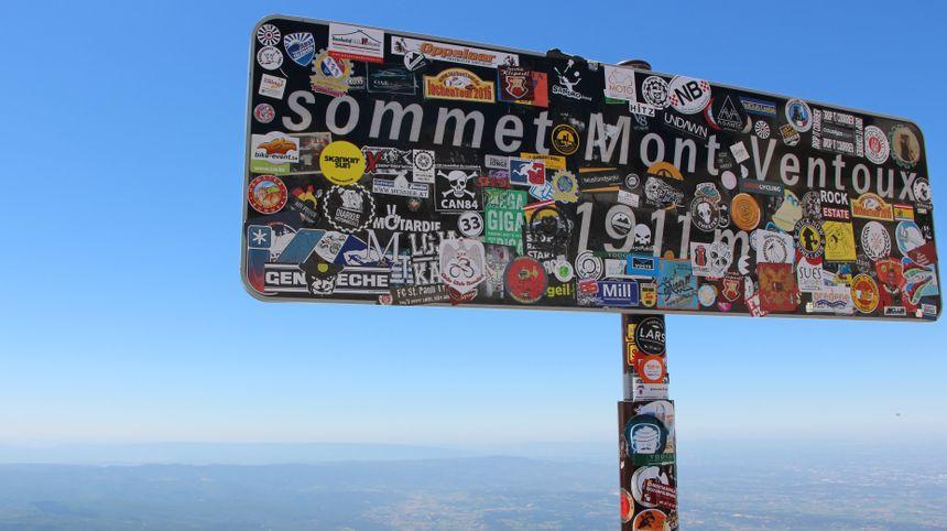 Le panneau qui a été dérobé au sommet du Ventoux (cliché juillet 2016)