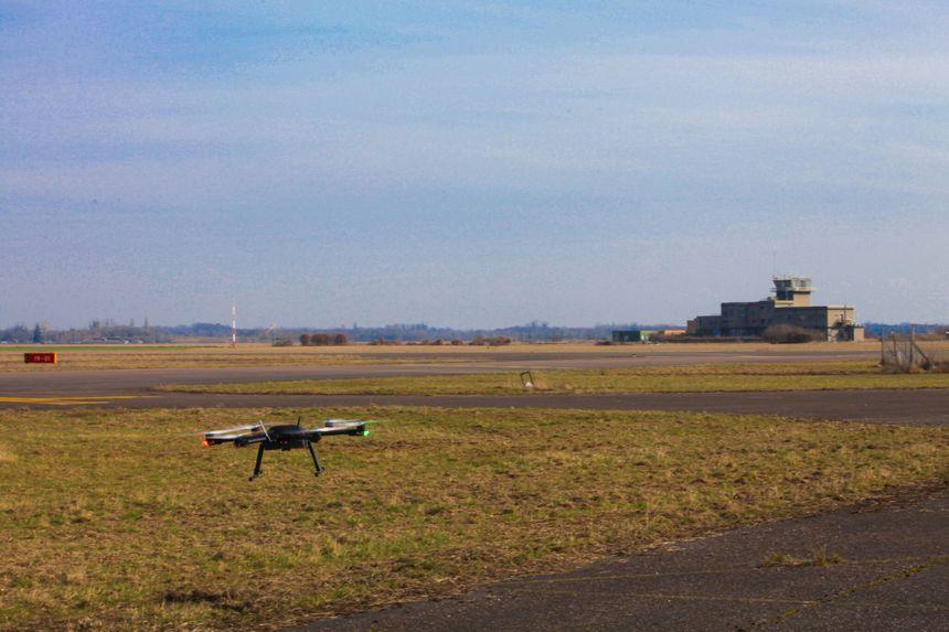 Le drone inspecte la piste pour vérifier qu'il n'y a pas de fissures